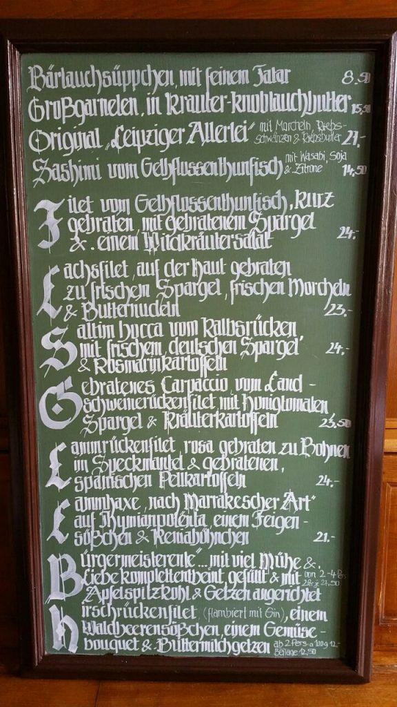 Tafel mit saisonalen Gerichten