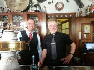 Unser Kellner und der Chef hinter dem Tresen