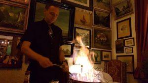 unser Kellner beim Flambieren