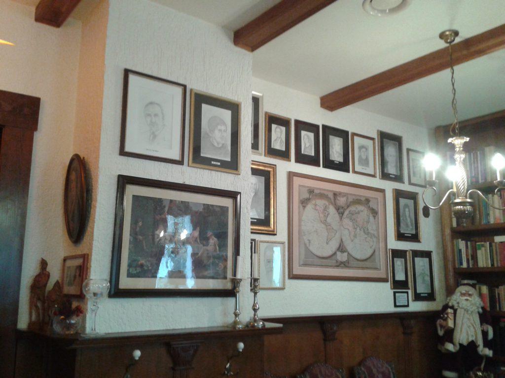 große Bilderwand mit vorwiegend selbst gezeichneten Bilder berühmter Leipziger Köpfe